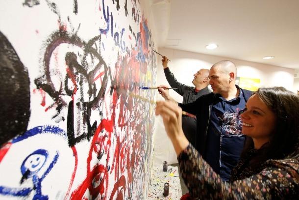 El mural del vestíbul va començar ahir a prendre forma.