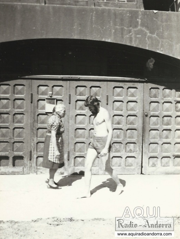 1977: la senyora Concepció i el locutor François Chevalier, a l'estació del roc del Pui.