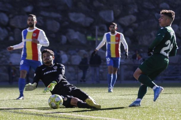 Ratti surt als peus de Nico Melamed per evitar un nou gol dels blanc-i-blaus.