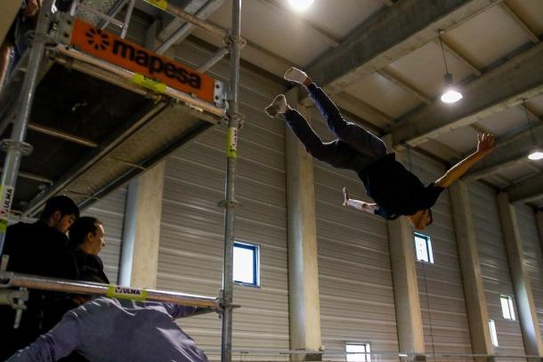 Alumnes de l'escola d'especialistes vinguts de Barcelona i de Madrid s'entrenaven ahir en salts de 12 metres al 360º Extrem.