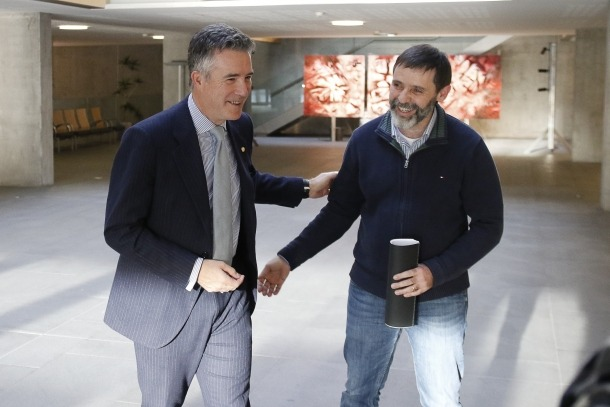 El síndic Vicenç Mateu amb l'historiadors alturgellenc, dijous apssat al Consell General.