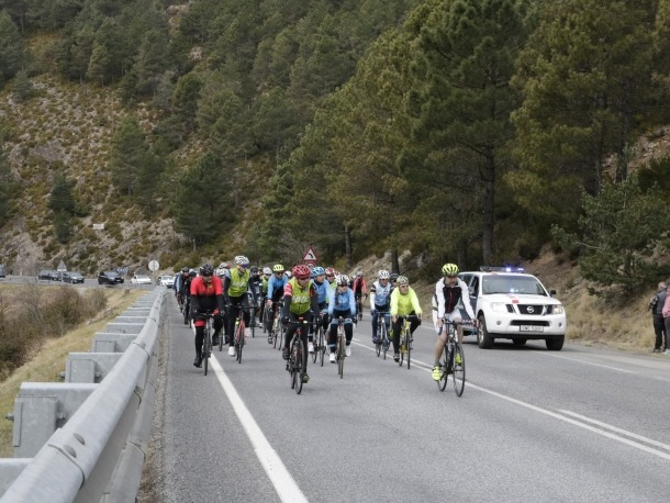 Els ciclistes, molts d'ells vinguts d'Andorra, van demanar més formació viària i ampliació dels vorals dels carrils bici.