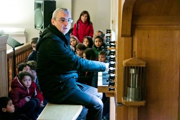Jornada pedagògica per donar a conèixer als infants l'orgue de l'església parroquial.