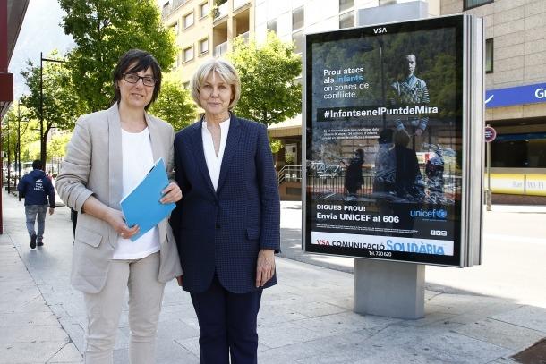 Moment de l'enganxada de cartells de la campanya d'Unicef Andorra per la protecció dels infants que viuen en països en guerra.