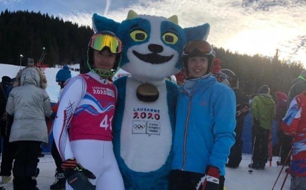 Carla Mijares i Ty Acosta amb la mascota dels Jocs Olímpics de la Joventut.