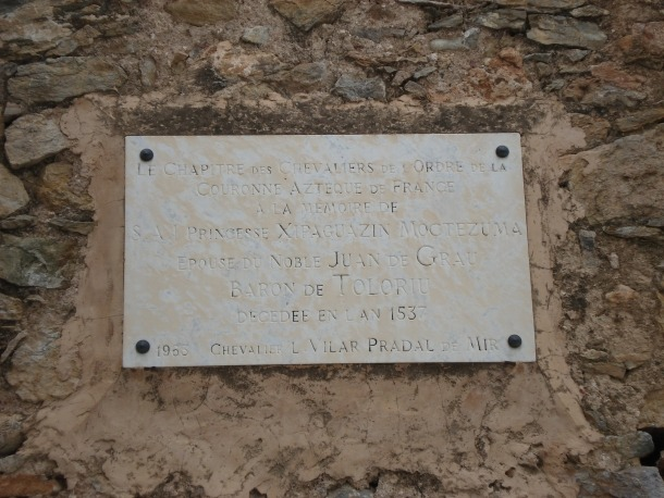 La casa Vima, als afores de Toloriu, on diu la llegenda que Maria es va establir; a baix, placa apòcrifa en memòria de la princesa Xipaguazin Moctezuma.