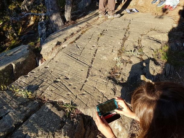 La terrassa superior del roc de les Bruixes, amb les cassoletes típiques de l'edat del bronze.