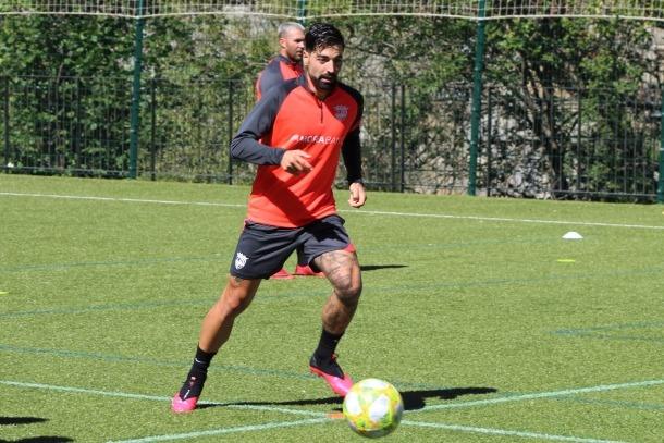 El davanter de l'FC Andorra, Carlos Martínez, es va entrenar ahir amb els seus companys a Prada de Moles.