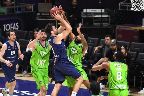 L'aler pivot català del MoraBanc, Nacho Llovet, defensat per Tarik Phillip, del Tofas Bursa, en l'últim partit d'EuroCup del curs passat.