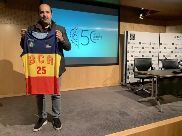 El president del BC MoraBanc, Gorka Aixàs, amb la samarreta que lluirà el primer equip el 24 de juny contra el Reial Madrid.
