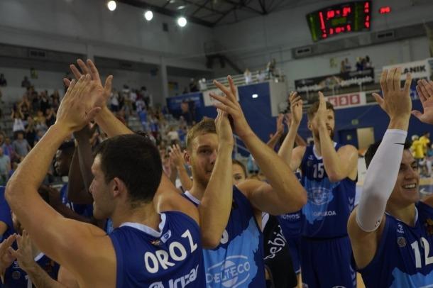 Els jugadors del Guipúscua celebrant l'ascens esportiu a la Lliga ACB.