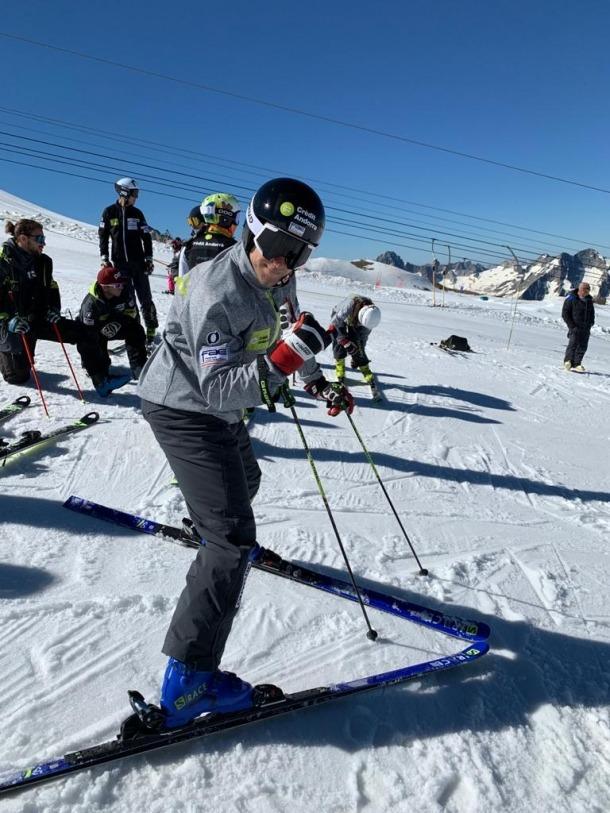 Vuit esquiadors de la FAE, a França.