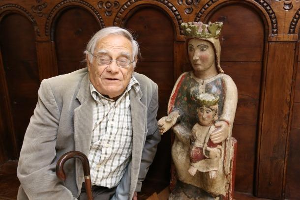 Sergi Mas, a la parroquial de Sant Julia amb la talla romànica de la Mare de Déu de Canòlich que, sospita, va intentar robar la banda d'Erik el belga.