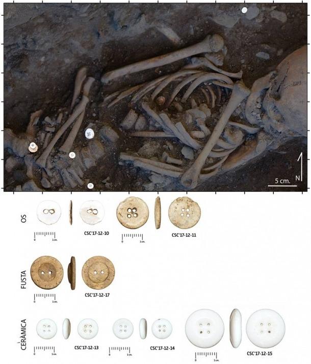 Els botons van aparèixer associats a les restes d'aquest individu.