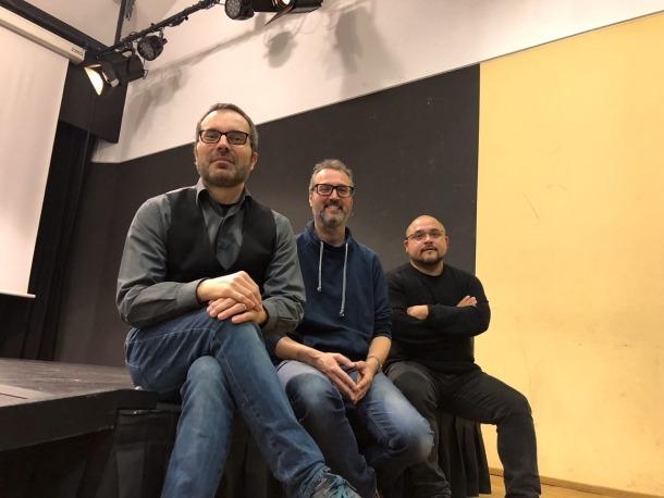 Sanz, Vilella i Alonso, els tres pares del nou Festival de Guitarra, a la sala d'actes de La Llacuna.