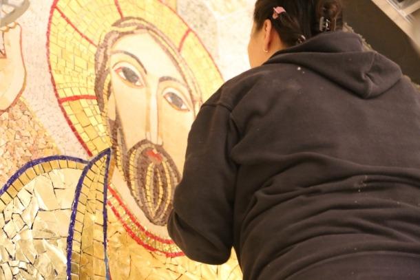 Últims retocs al Crist abans de retirar la bastida.