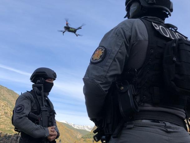 Agents de policia en la formació de pilotatge d'un dron.