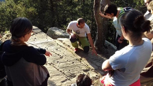 L'arqueòleg Gerard Remolins, en la visita al jaciment organitzada el 21 de juny de l'any passat coincidint amb el solstici d'estiu.