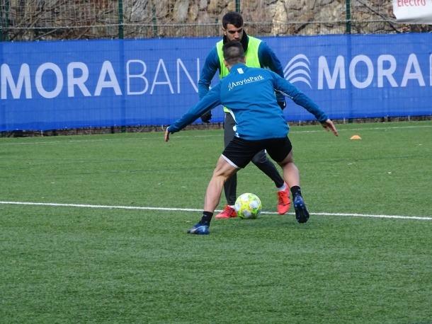 El davanter de l'FC Andorra, Ernest Forgas, va caure lesionat contra el València-Mestalla.