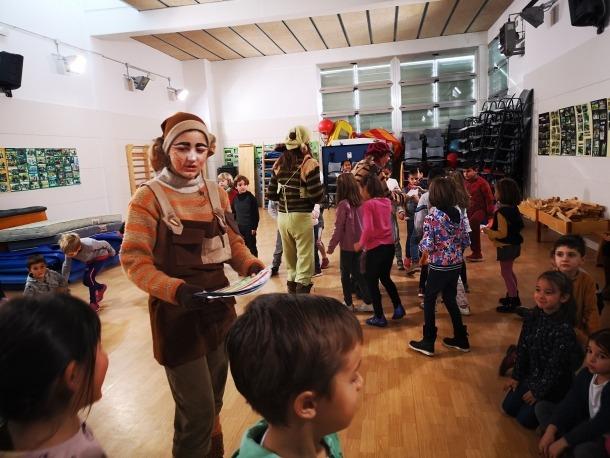Un moment de la visita dels Minairons a un centre educatiu.