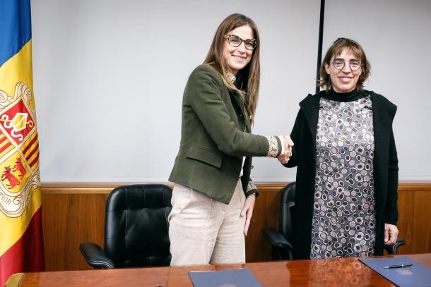 La ministra Riva i la presidenta de la Fundació Julià Reig, Dèborah Ribas, van firmar ahir el conveni per al Llibre Blanc de la Cultura.