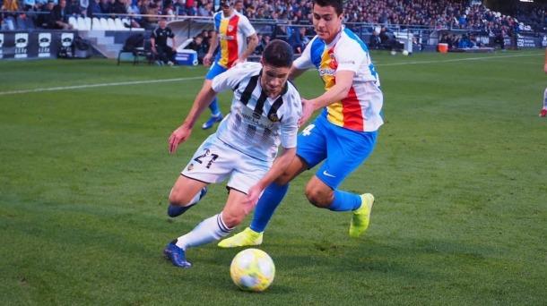 Jorge Fernández, del CD Castelló, marxa del lateral esquerre internacional, Joan Cervós, que va debutar ahir de titular a segona B.