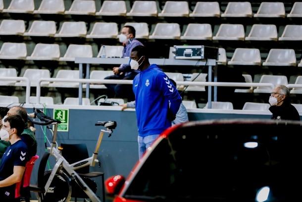 El pivot senegalès Moussa Diagne mirant un dels partits dels seus companys. Foto: Martín Imatge