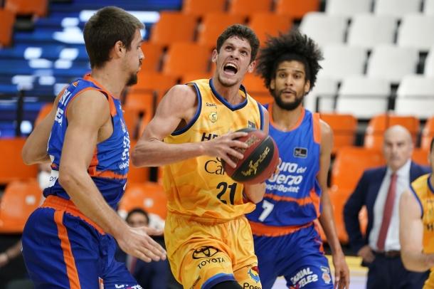 Oriol Paulí defensat per Marinkovic i també per Louis Labeyrie del València Basket.