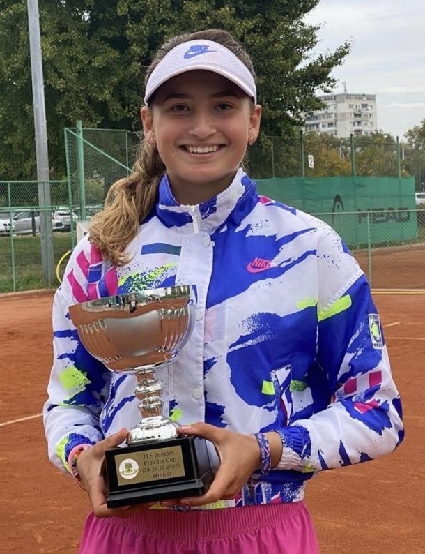 Vicky Jiménez, amb el títol del Torneig júnior de grau 1 que es va disputar a Plovdiv. Foto: Instagram