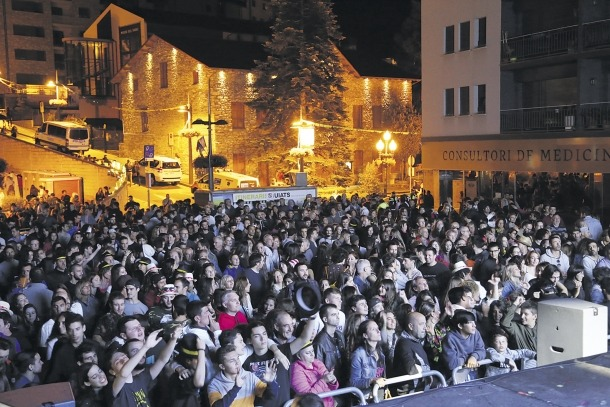La plaça Germandat plena a vessar en un concert de festa major.