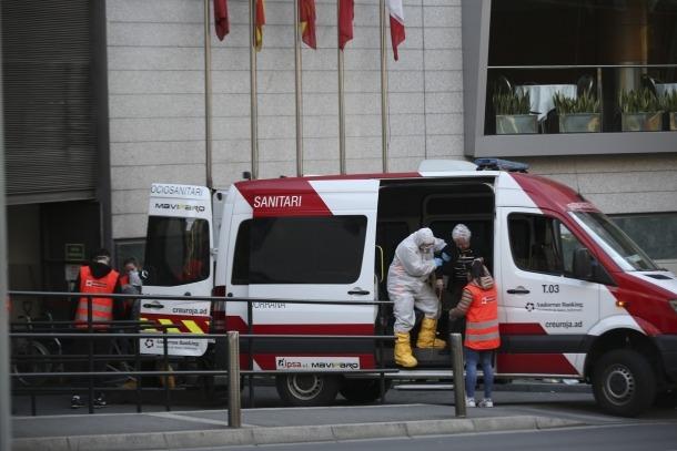 Un moment del trasllat d'alguns residents d'El Cedre cap a l'hotel Golden Tulip Fenix d'Escaldes-Engordany.