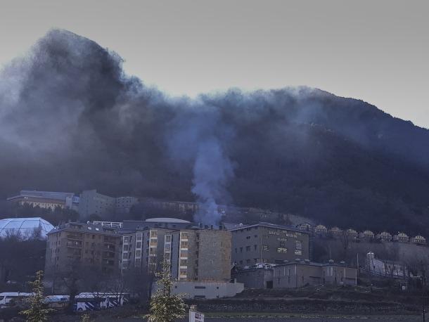 El fum de l'incendi vist de lluny recordava el foc del centre esportiu dels Serradells.