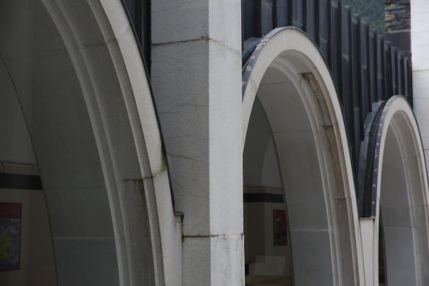 El deteriorament que afecta a l'emblemàtic edifici projectat als setanta per Ricard Bofill és visible a ull nu i quasi en qualsevol racó del santuari.