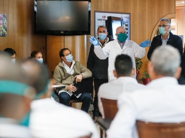 El grup de professionals sanitaris cubans a l'hotel escaldenc on s'allotgen.