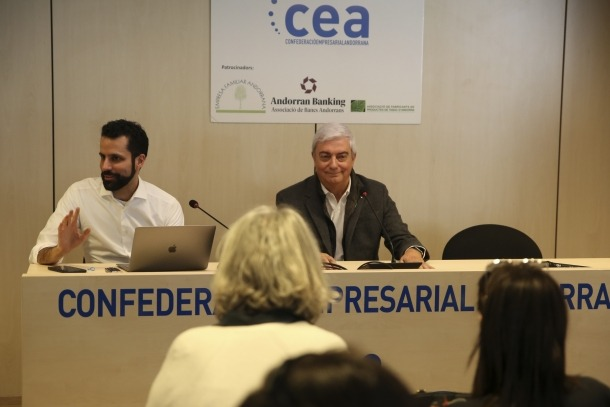 Imatge del començament de la reunió dels representants dels empresaris ahir a la tarda a la seu de la CEA.