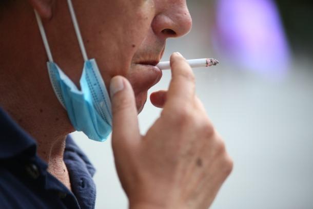 El ministre de Salut avisa que caminar fumant amb la mascareta abaixada pot posar en risc les persones del voltant.