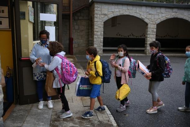 Un moment de l'accés dels alumnes al centre educatiu, ahir al matí.