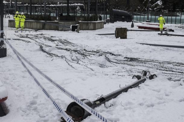 El sostre de llum de Nadal de la plaça del Poble que va caure pel pes de la neu.