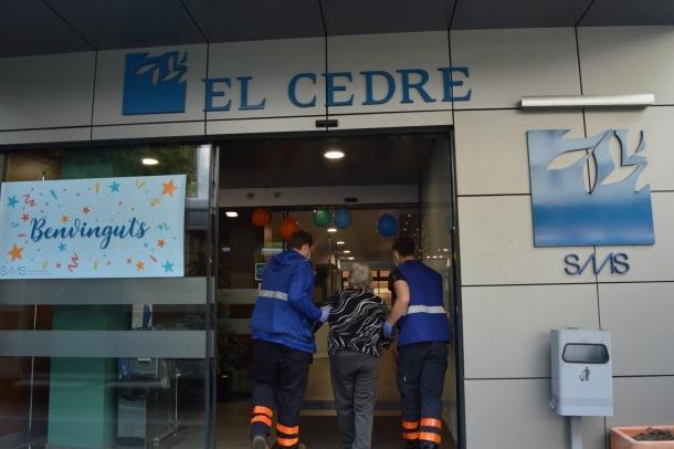 El personal d'El Cedre va donar ahir la benvinguda als primers catorze residents que tornaven del Fènix.