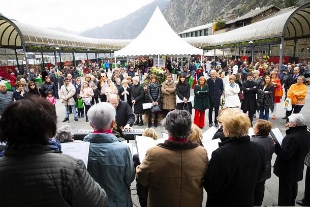 La coral de la Gent Gran va inaugurar la fira del llibre a la plaça del Poble.