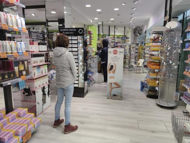 Tot i l'afluència, a l'interior de les farmàcies es van mantenir les distàncies de seguretat entre els clients, ahir.