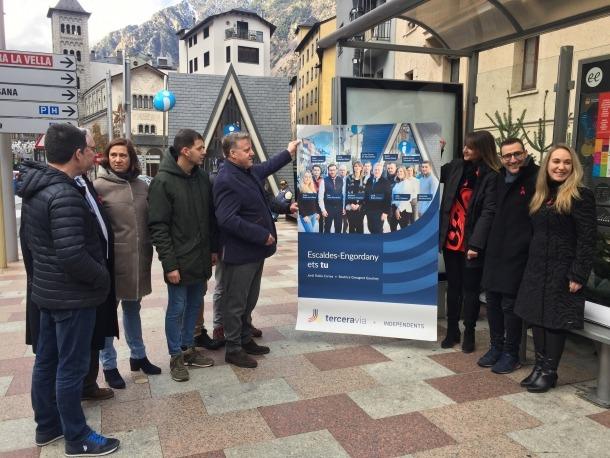 Els candidats de Terceravia mostren el seu cartell.
