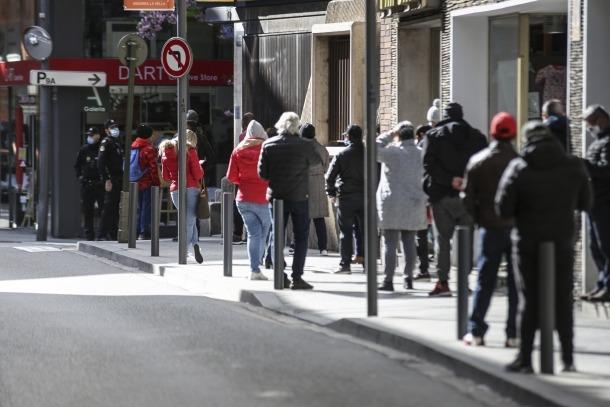 Gent fent cua per ser atesa a l'oficina de Correus d'Andorra la Vella, ahir al matí.