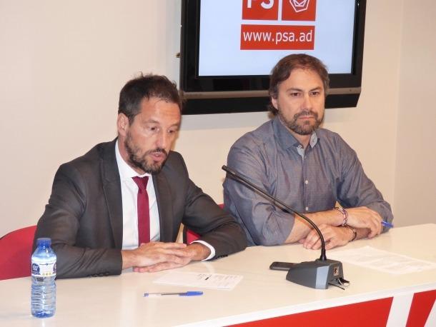 El conseller general del PS Pere López i el vocal de l'executiva David Rios en la compareixença d'ahir.