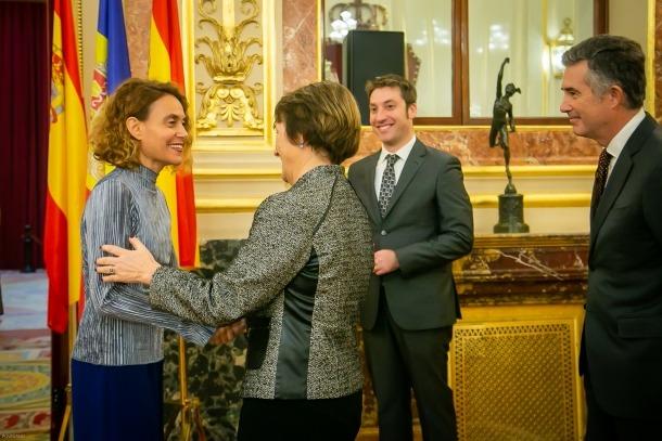 Roser Suñé saluda Meritxell Batet en la seva arribada al Congrés de Diputats.