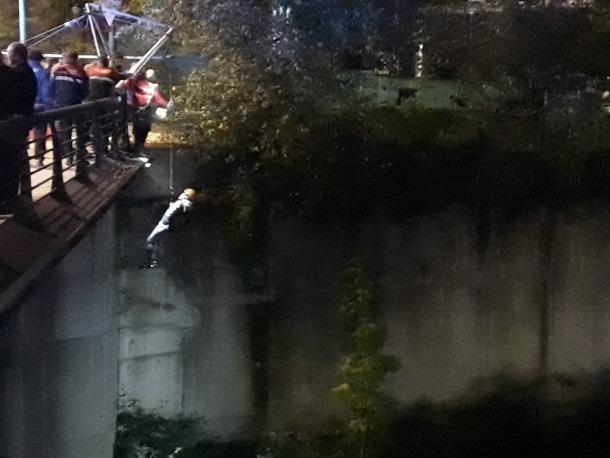 El pres fugat mentre era retirat de la llera del riu, just al costat del parc de la Serradora de Santa Coloma.