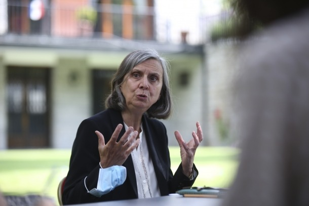 L'ambaixadora de França, Jocelyne Caballero, aquest dilluns als jardins de l'ambaixada on ha atès els mitjans.