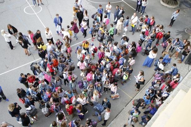 Infants a l'entrada d'un centre escolar en una imatge d'arxiu.