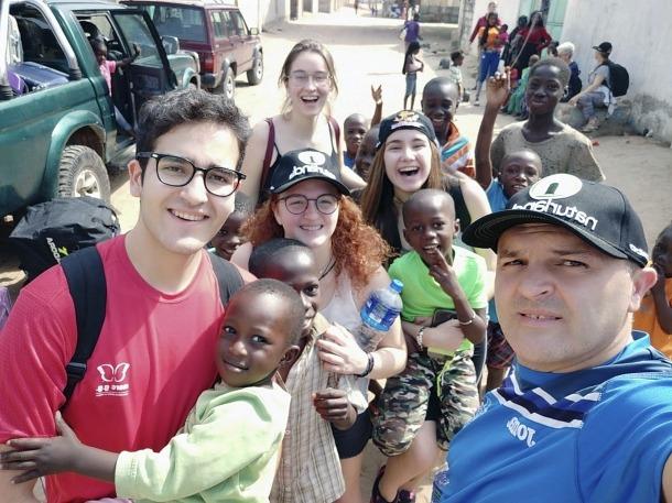 A Gàmbia. Marc Sastre i Julen Guerrero en primer pla. Darrere, Laia Monturiol, Cristina Marín i al centre, Laia Guerrero.
