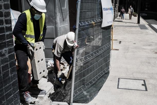 Operaris de la construcció treballant en una obra després que es reprengués l'activitat en el sector.